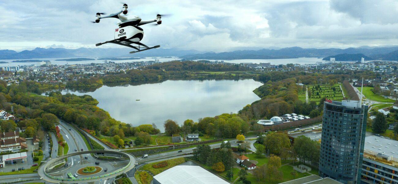 Dronen EHang Falcon B flyr over Stavanger. Illustrasjon: Ehang Scandinavia.