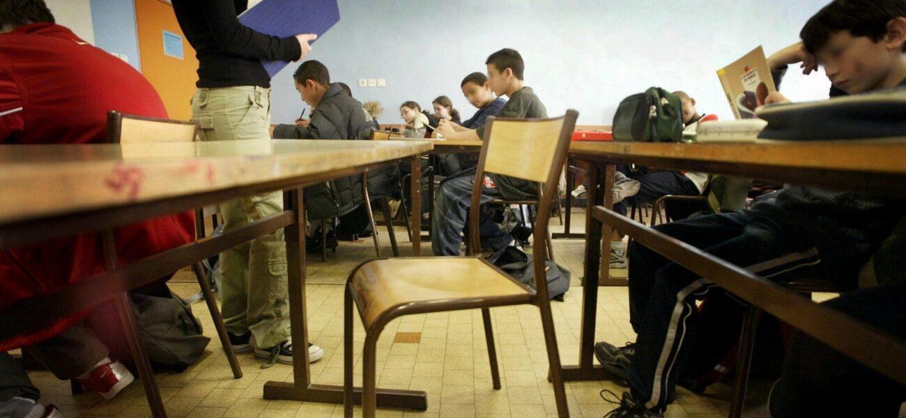 klasserom med en tom stol