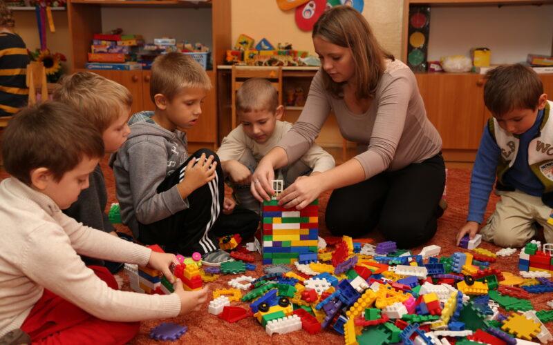 Barnehagebarn leker med lego