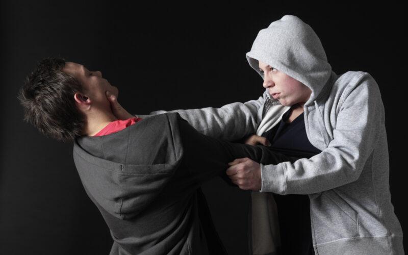 Gutter som slåss COLOURBOX1041712