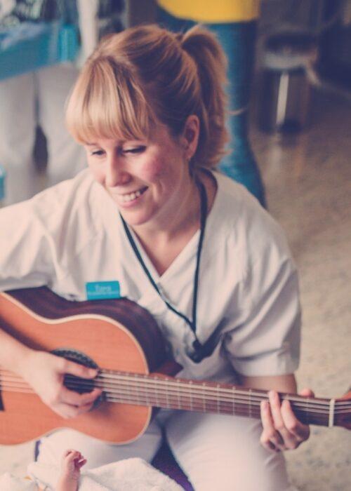 Musikkterapeut Tora S Gaden Foto Silje Måseide for Akershus Universitetssykehus